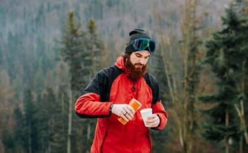 Pijący mężczyzna w górach