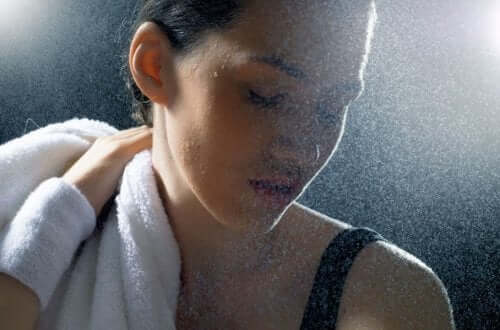 Kobieta wycierająca szyję