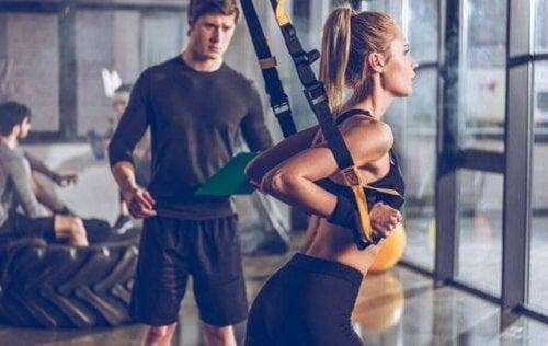 Na czym polega trening TRX? Poznaj jego korzyści i zalety
