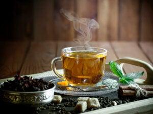 Ciepła herbata i produkty moczopędne