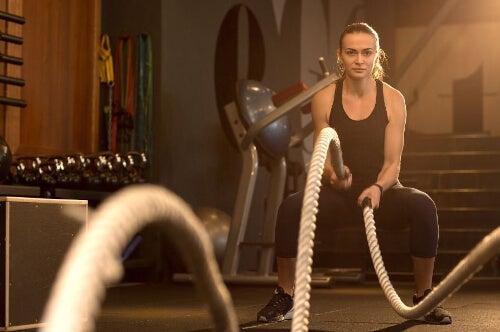 Kobieta podczas treningu z lin treningową