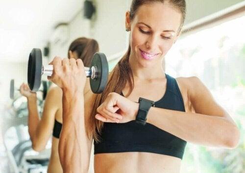 Jak wzmocnić nadgarstki? poznaj te 5 ćwiczeń