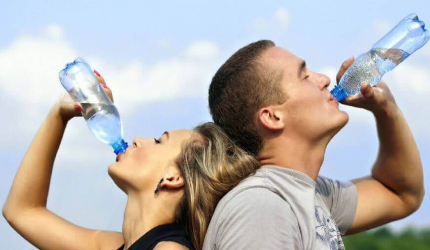 Para piję wodę