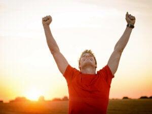 Mężczyzna cieszy się z wygranej i Siła umysłu
