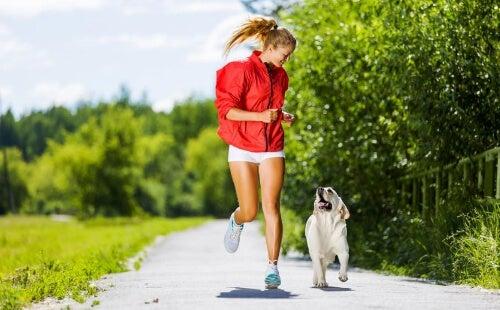 Kobieta biegnie z psem