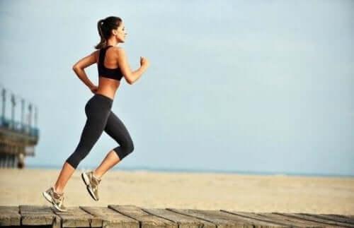 Kobieta biegająca na plaży - bieganie w upalne dni