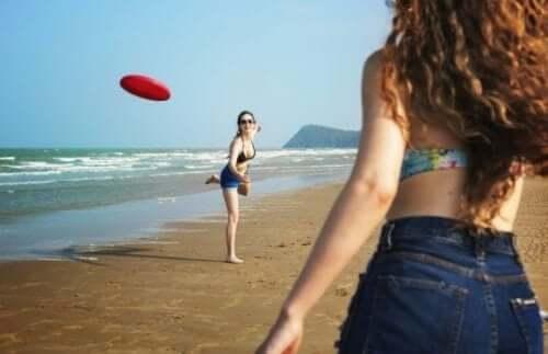Przykłady ćwiczeń na plaży, które pomogą Ci zachować formę