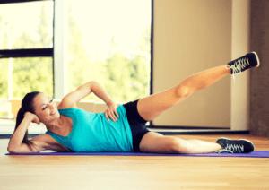 Kobieta ćwiczenia na ból kolana, unoszenie nogi