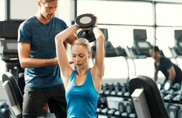 Kobieta ćwicząca triceps