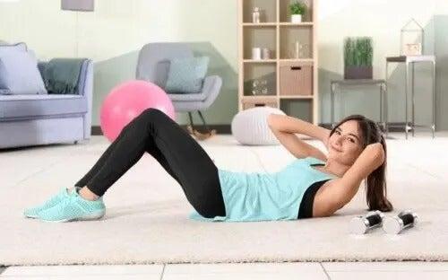 Ćwiczenia do wykonywania w domu: przewodnik i dwa treningi