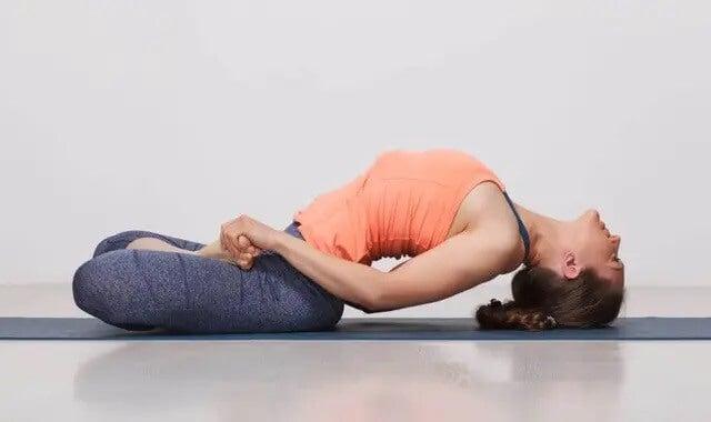 Kobieta uprawiająca jogę - jak dbać o plecy?