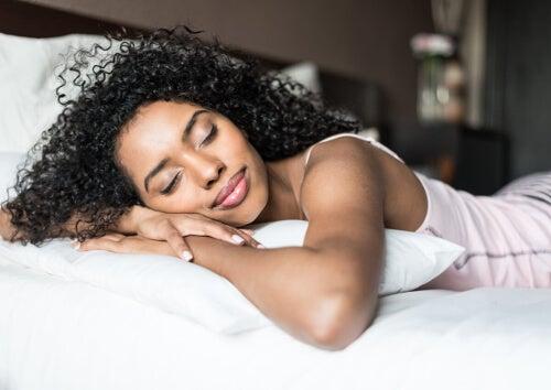 Kobieta wypoczywa na lóżku
