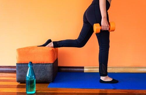 Kobieta podczas ćwiczzeń