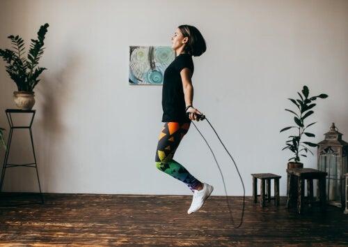 Kobieta skacze na skakance