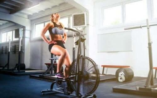 Ćwiczenia wytrzymałościowe, aby schudnąć i spalić tłuszcz