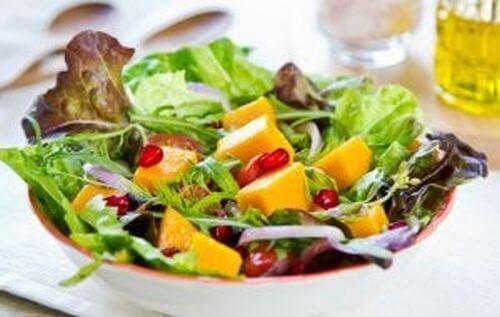 Zdrowa sałatka z mango i granatem