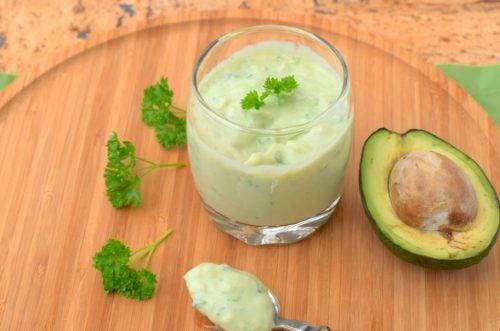 Creme de abacate batido em um copo