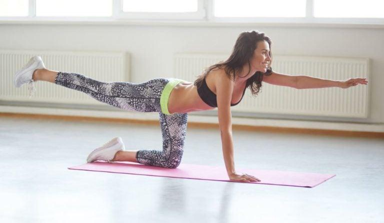 Mulher fazendo elevação de braços e pernas opostos