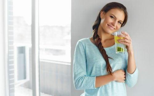 Mulher tomando água com limão de manhã