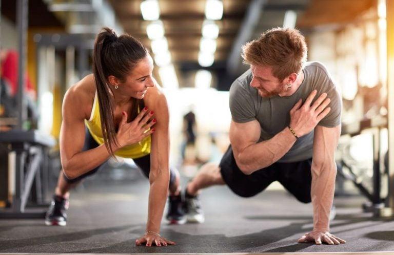 Casal fazendo exercícios juntos