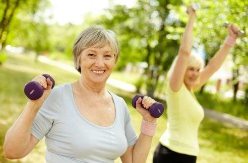 Duas mulheres mais velha fazendo exercícios no parque