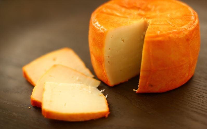um pedaço de queijo cortado
