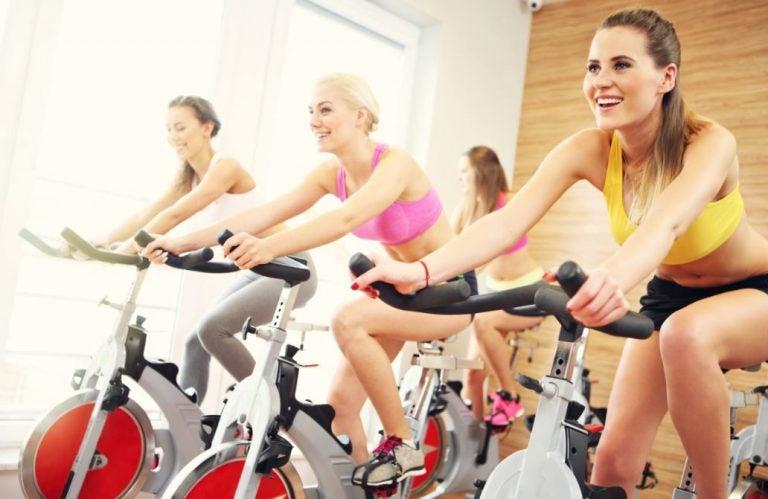 Mulheres praticando spinning