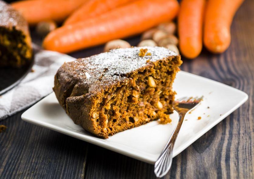 Pedaço de bolo de cenoura com açucar polvilhado