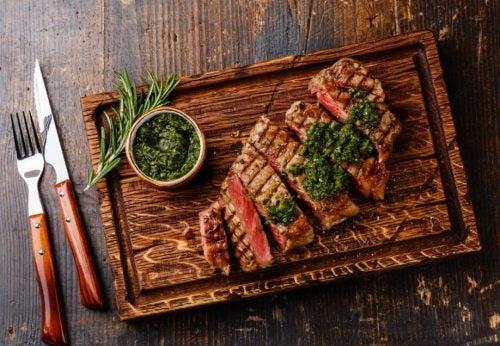 Carne mal passada com chimichurri em tábuo de madeira