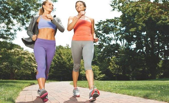Duas mulheres caminhando em ritmo rápido no parque