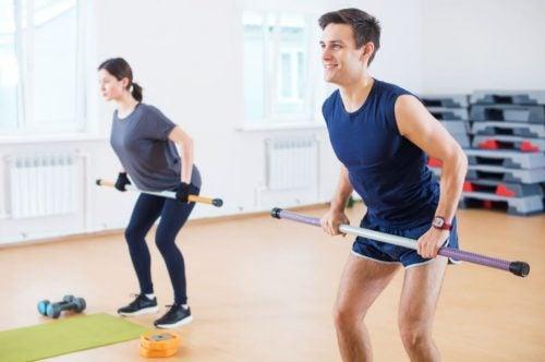 Alunos fazendo exercícios para pernas na academia
