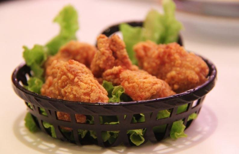 frango frito na salada
