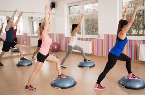 Alunas fazendo aula de exercício aeróbico na academia