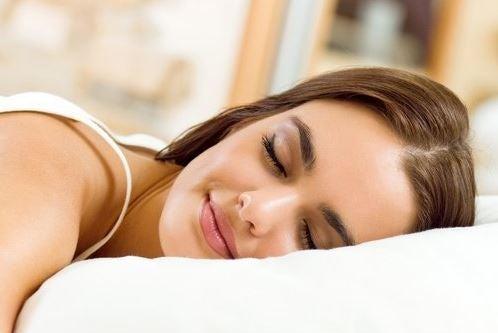 Mulher descansando em um travesseiro