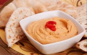 prato com homus e pães árabes