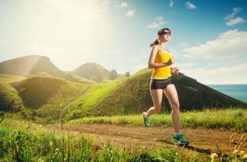 Mulher correndo em um parque de dia