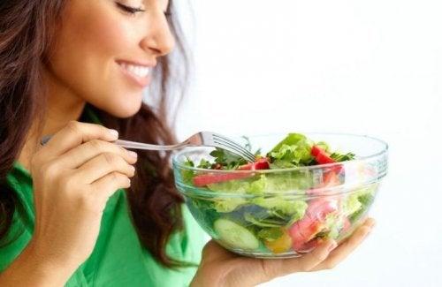 Mulher com um pote de salada
