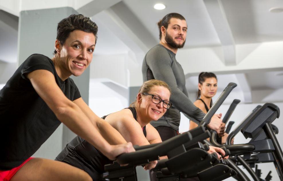 Pessoas nas máquinas de cardio de uma academia