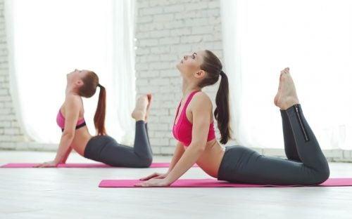 Mulheres fazendo uma aula de pilates