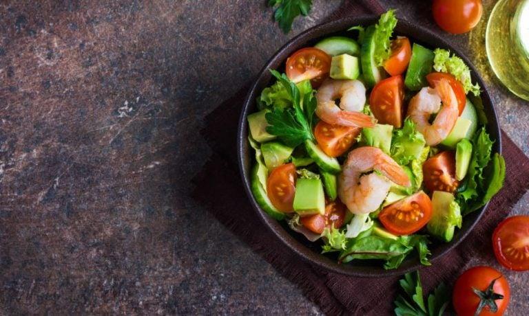 Salada de abacate com camarão e tomate