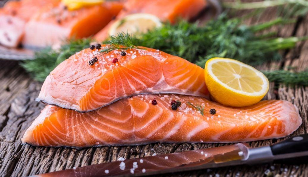Filé de salmão com limão e temperos