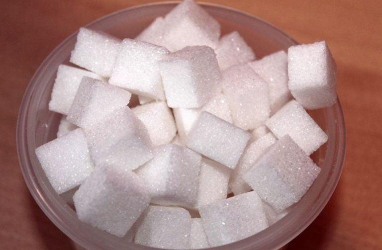 Uma tigela com cubos de açúcar