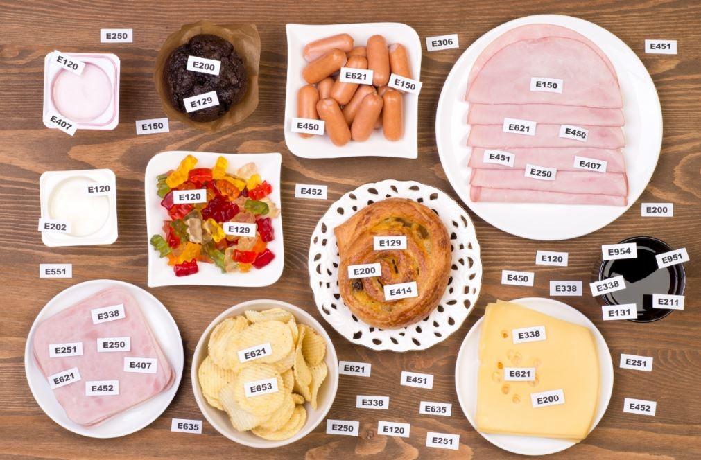 Vários alimentos diferentes dispostos em pratos