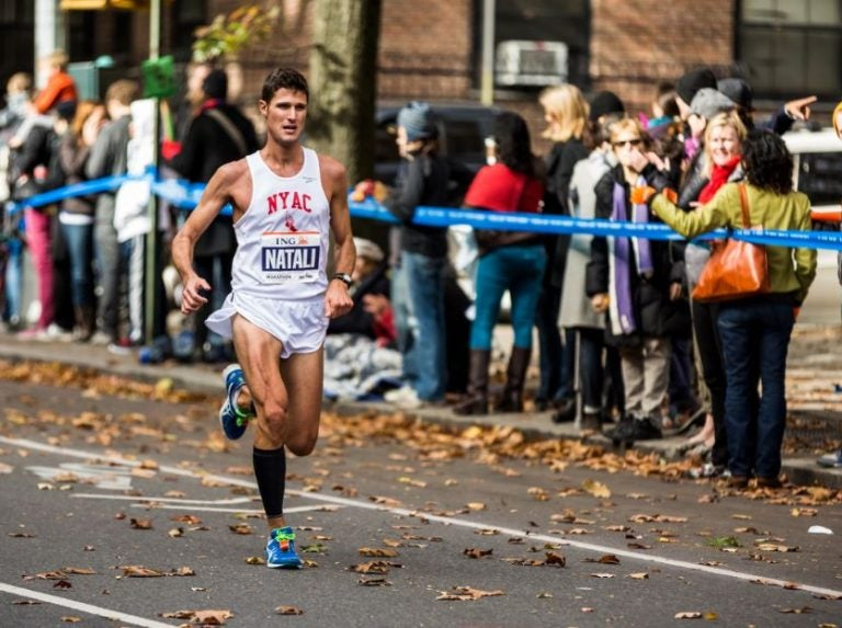 Homem correndo uma maratona bastante cansado