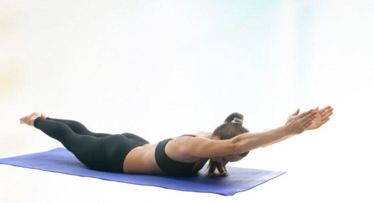 Mulher fazendo postura do golfinho