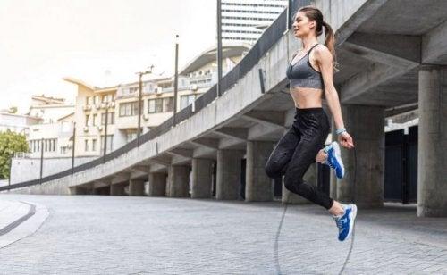 Conheça os múltiplos benefícios de pular corda