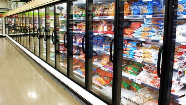 Geladeiras de supermercado com muitas opções de alimentos congelados