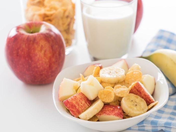 Salada de frutas com maça e banana e bebida de soja