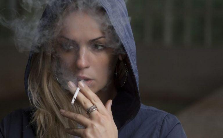 Mulher fumando um cigarro