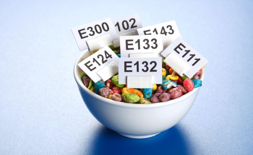 Um pote de cereal com tarjas de aditivos químicos